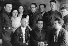 Михаил Зощенко (в центре) в кругу ленинградских писателей. 1930-е
