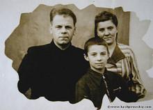1951 Украина. С родителями (Photo from http://www.kashpirovskiy.com/)