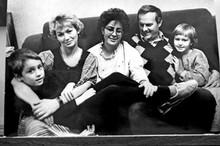 Анатолий Собчак с семьей - рядом с ним дочери - маленькая Ксюша и Мария (от первого брака).