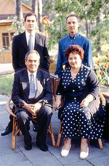 С супругой Сакиной Шакировной и сыновьями Радиком и Айратом (Photo from http://shaimiev.tatar.ru)