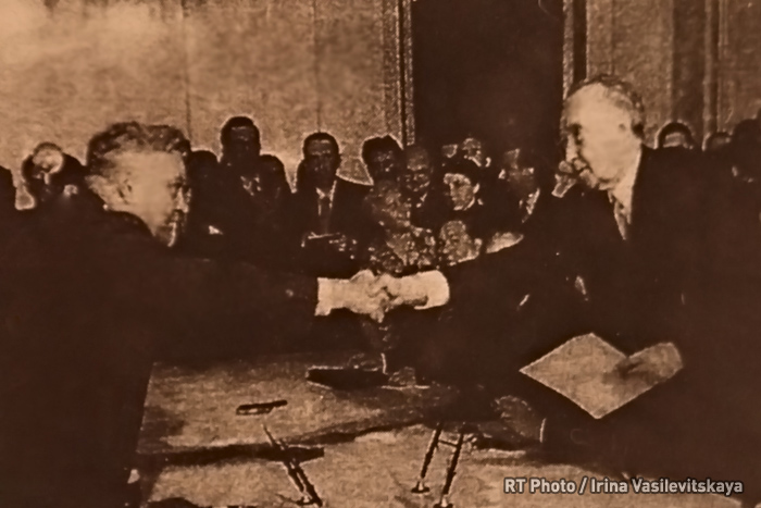 Resistance from within: Museum of German Anti-Fascists: German Chancellor and Russian Defense Minister discuss the repatriation of German detainees from the USSR, 1955