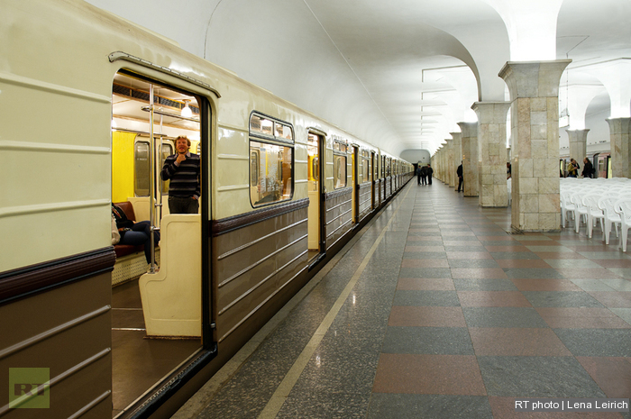 Night-time exhibition and concert in Moscow Metro:  First guest onboard the retro train
