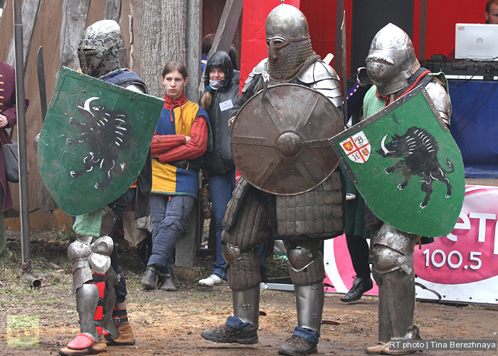 The average weight of the armor is about 20 kilos (44 lbs).