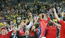 Czech Republic, Prague: Coaches and players of CSKA Moscow celebrate their European title with the trophy after winning the Final Four Euroleague Basketball final against Israel's Maccabi Tel Aviv in Prague on 30 April 2006. (AFP Photo / Joe Klamar)