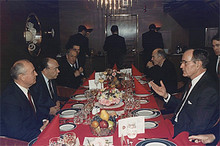 Горбачев и Буш на саммите (Photo from http://www.juggle.com)
