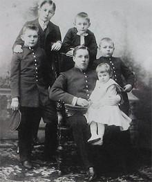 Елисеевы, слева направо стоят: Николай, Сергей, Александр, Петр, сидят Григорий и Мария. Фото 1903 года