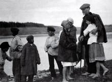 Председатель ЦИК СССР Михаил Калинин с детьми в родной деревне. 1922