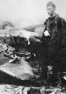 Виктор Талалихин у сбитого им бомбардировщика Heinkel Не-111