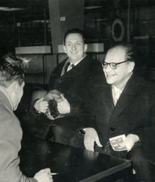 Шереметьевский аэропорт. Перед отлётом в Стокгольм за Нобелевской премией, Н.Г.Басов и А.М. Прохоров дают интервью.