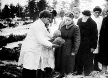 Комиссии академика Николая Бурденко принимает участие в эксгумации трупов расстрелянных в Катыни польских офицеров