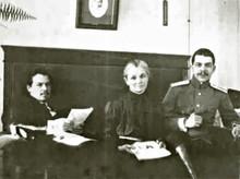 Братья Николай (слева) и Сергей Вавиловы с матерью, Александрой Михайловной, 1915 г.