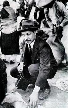 Николай Вавилов за отбором и покупкой зерна во время одной из экспедиций.