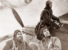Крайний слева - Герой Советского Союза летчик Алексей Маресьев.